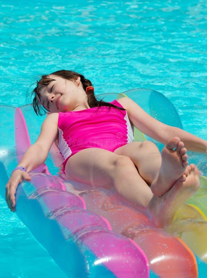 Ragazza sul lilo nella piscina fotografia stock libera da diritti