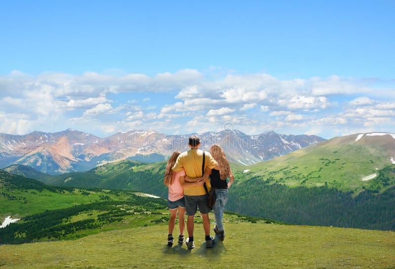 Ragazza sull'escursione del viaggio in montagne di Colorado fotografie stock libere da diritti