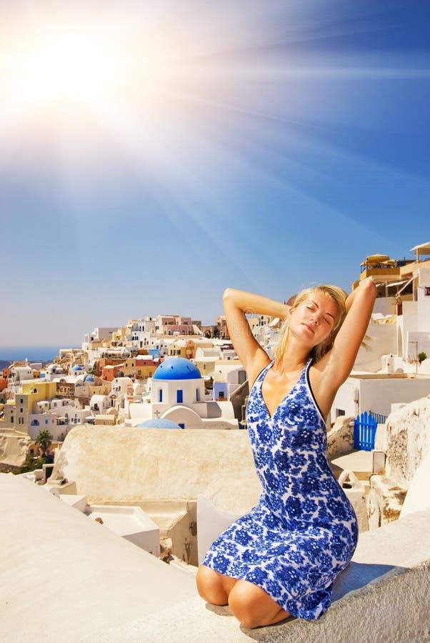 Ragazza sull'isola di Santorini immagine stock libera da diritti
