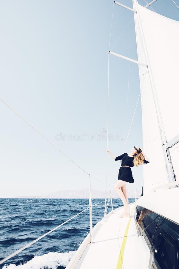 Ragazza sulla barca di navigazione immagine stock libera da diritti