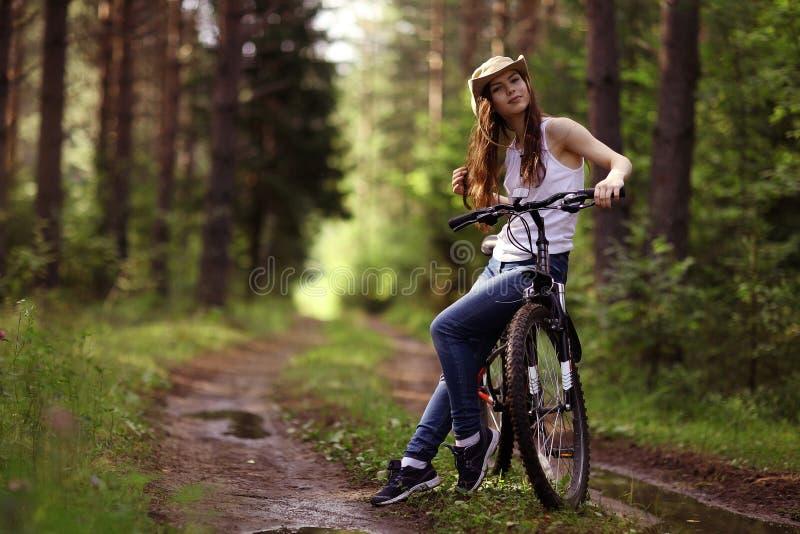 Ragazza sulla bici alla foresta fotografie stock
