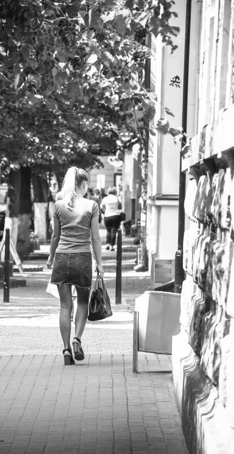 Ragazza sulla camminata della via immagini stock