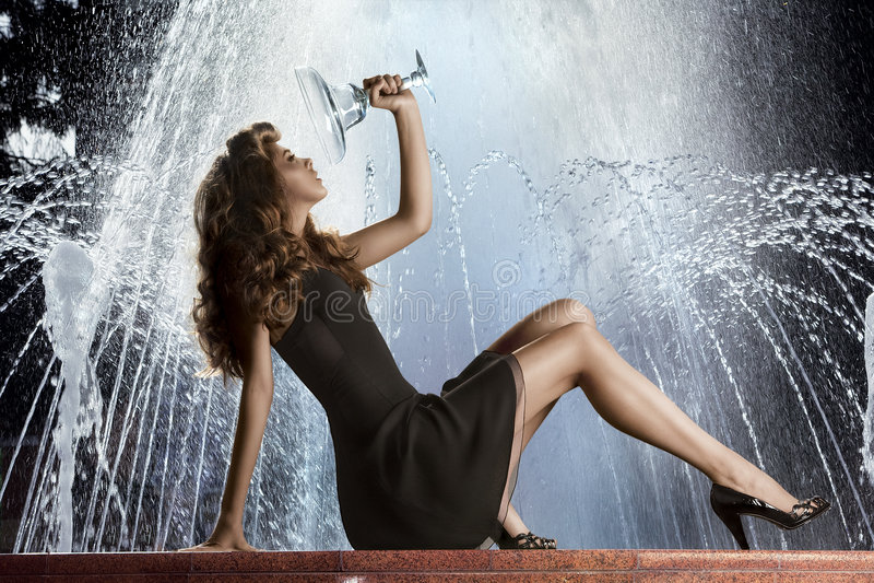 Ragazza sulla fontana fotografia stock libera da diritti