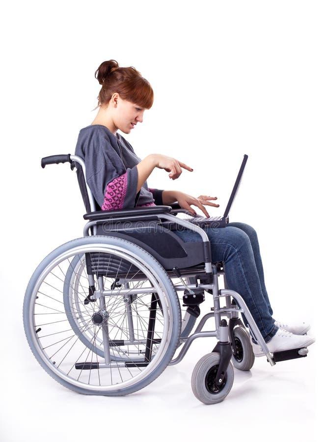 ragazza sulla sedia a rotelle immagini stock libere da