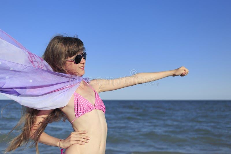 Ragazza sulla spiaggia che gode di una festa al mare fotografie stock libere da diritti