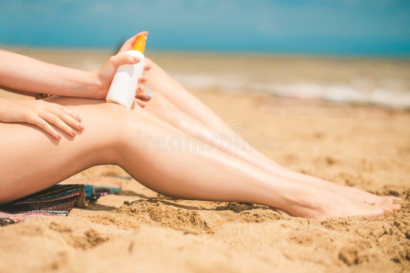Ragazza sulla spiaggia con lozione solare fotografie stock libere da diritti