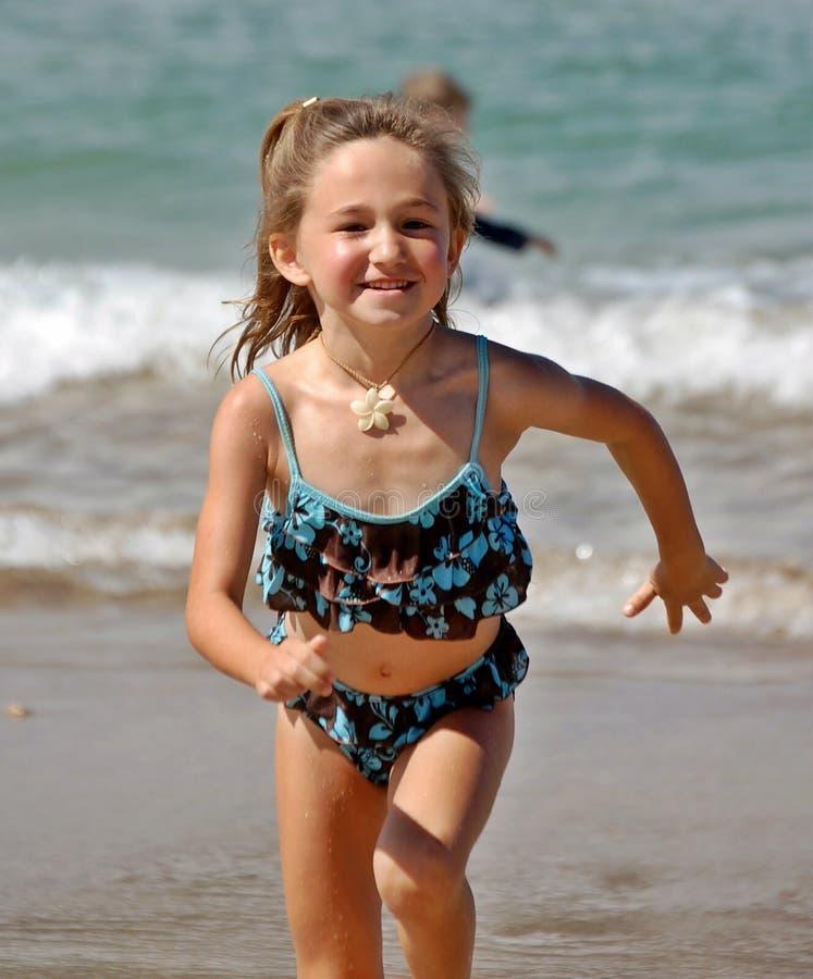 Ragazza sulla spiaggia in Hawai fotografie stock libere da diritti