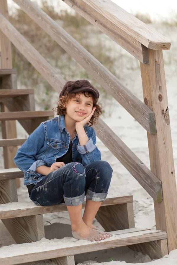 Ragazza sulle scale alla spiaggia fotografia stock libera da diritti