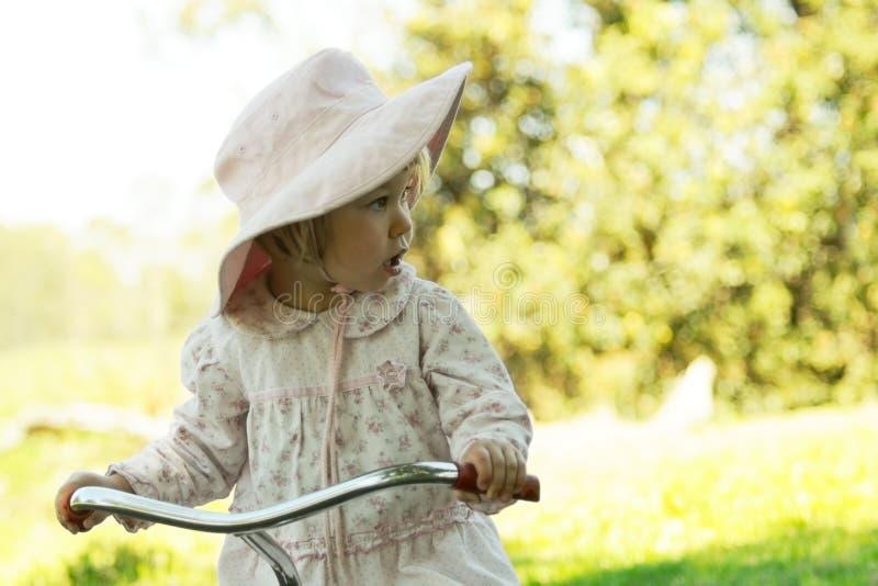Ragazza sullo sguardo della bici fotografie stock libere da diritti