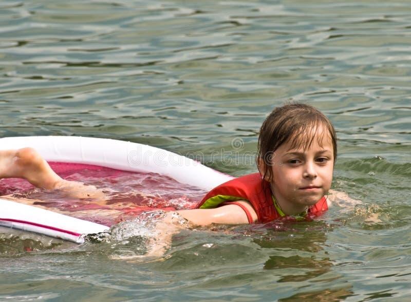 Ragazza sveglia in acqua immagini stock