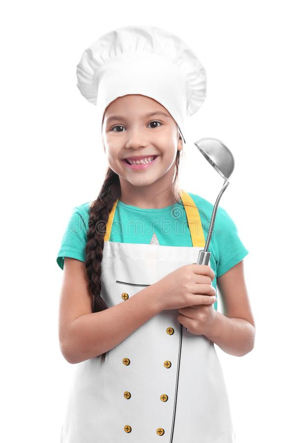 Ragazza sveglia in cappello del cuoco unico con la siviera, isolata su bianco fotografie stock libere da diritti