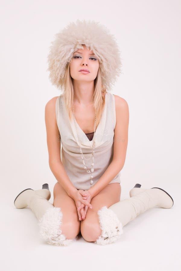 Download Ragazza Sveglia In Cappello Simile A Pelliccia Fotografia Stock - Immagine di signora, colore: 7302014