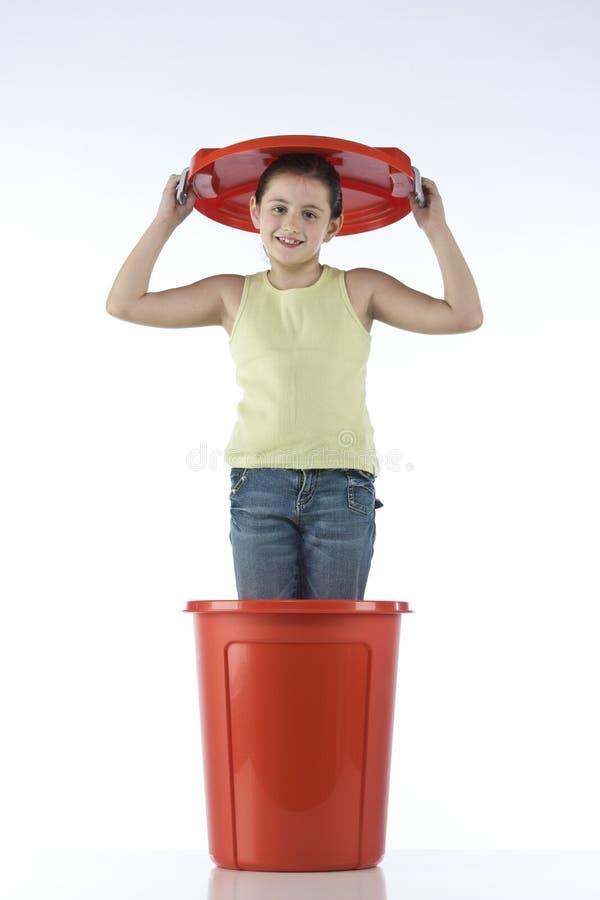 Ragazza sveglia che gioca in un tamburo di plastica fotografia stock libera da diritti