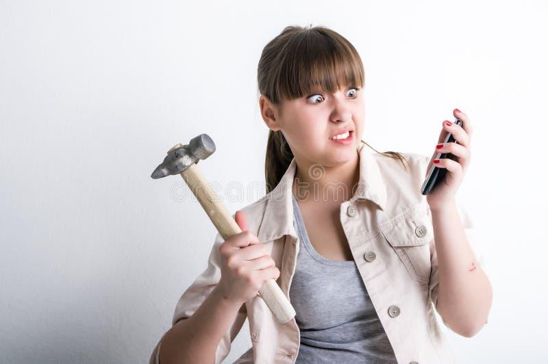 Ragazza sveglia che grida al suo telefono cellulare fotografia stock libera da diritti