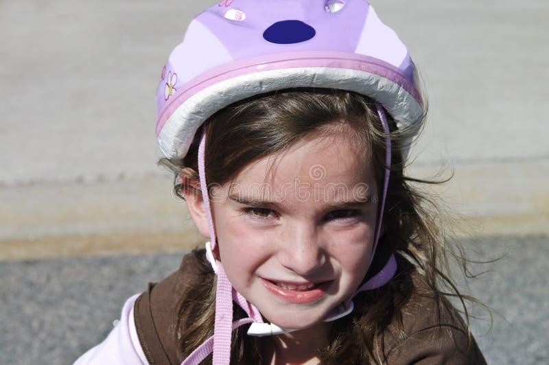 Ragazza sveglia che porta un casco della bici immagini stock libere da diritti