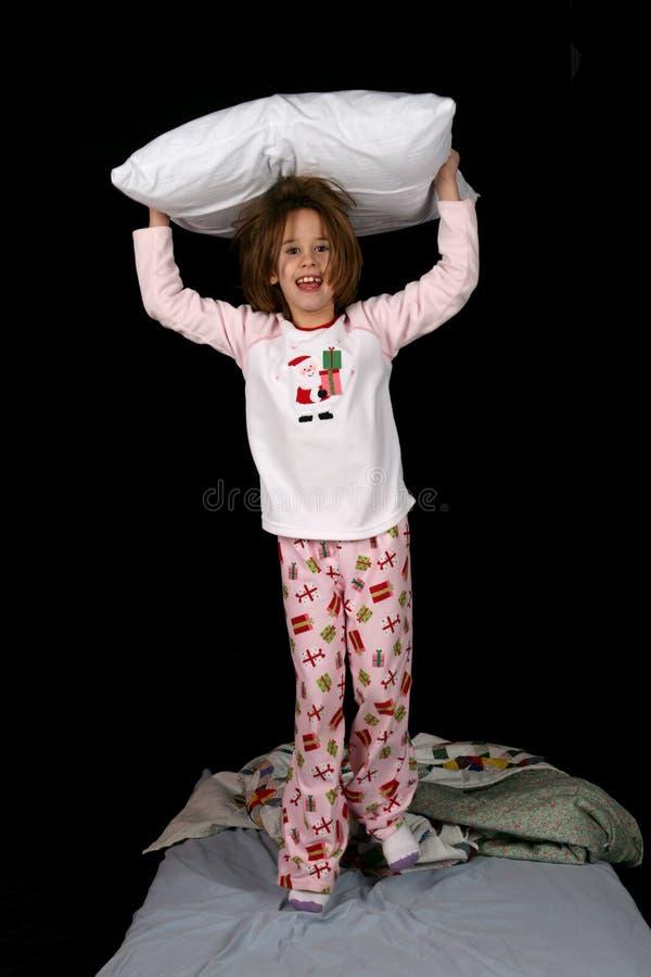 Ragazza sveglia con il cuscino sulla sua testa immagini stock