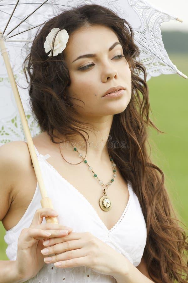 Ragazza sveglia con l'ombrello bianco immagini stock libere da diritti