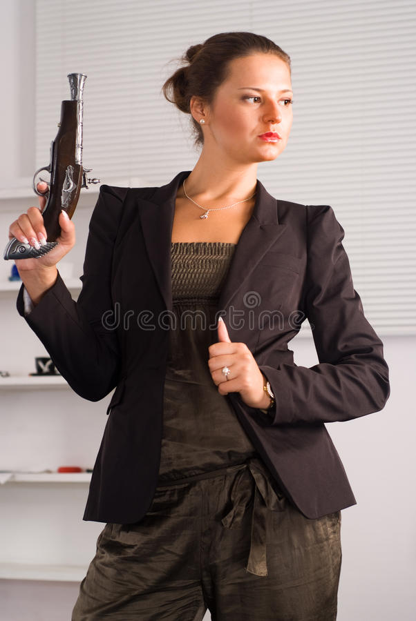 Ragazza sveglia con la pistola fotografie stock libere da diritti