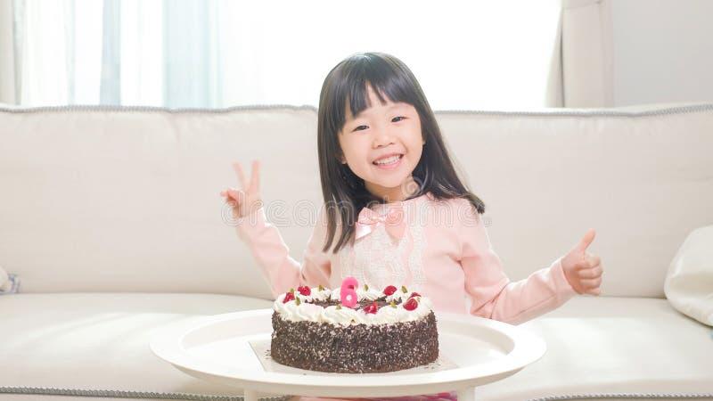 Ragazza sveglia con la torta di compleanno fotografia stock libera da diritti
