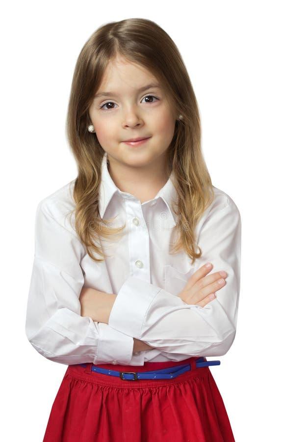 Ragazza sveglia del bambino che sta in camicia bianca & gonna rossa isolate sopra fotografie stock libere da diritti