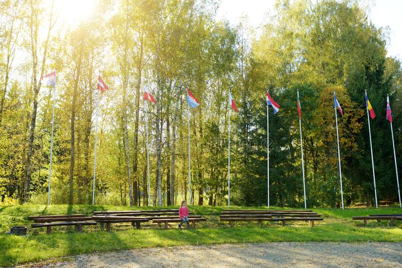 Ragazza sveglia divertendosi al centro geografico di Europa, situato in Lituania, vicino al villaggio di Girija immagini stock libere da diritti
