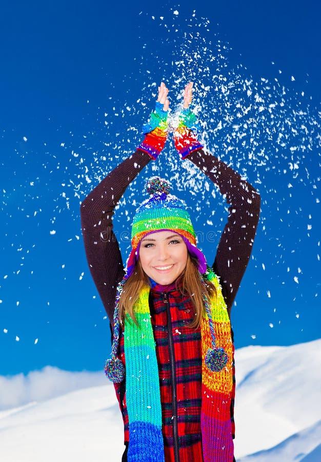Ragazza sveglia felice che gioca con la neve esterna immagini stock