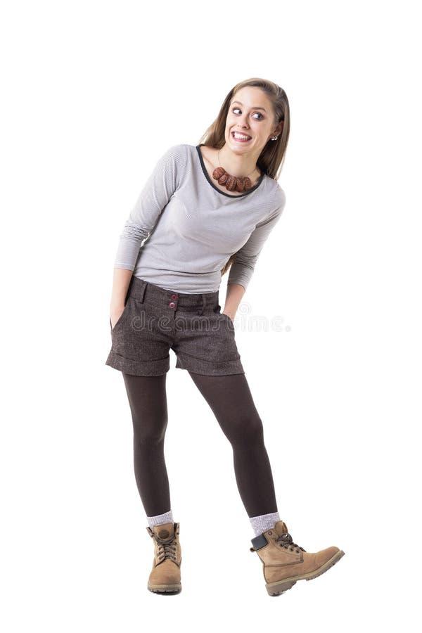 Ragazza sveglia funky fresca dei pantaloni a vita bassa che fa fronte divertente che sorride e che distoglie lo sguardo immagini stock libere da diritti