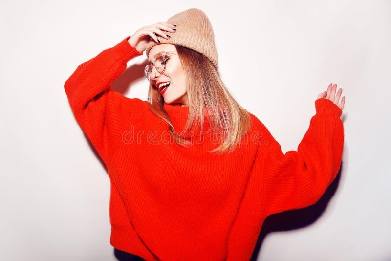 Ragazza sveglia nei glusses con il piercing nel naso Inverno o Autumn Warming Up Concept ballo Modo fotografia stock
