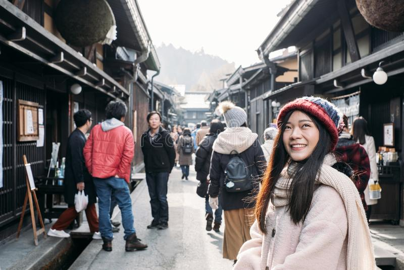 Ragazza sveglia nella vecchia città di Takayama, Giappone fotografia stock libera da diritti