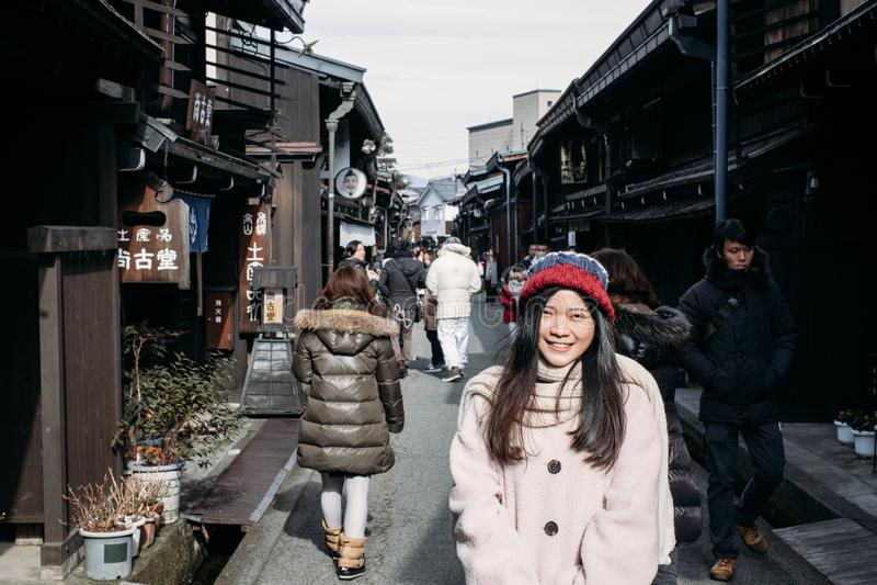 Ragazza sveglia nella vecchia città di Takayama, Giappone fotografie stock