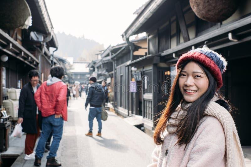 Ragazza sveglia nella vecchia città di Takayama, Giappone immagine stock libera da diritti