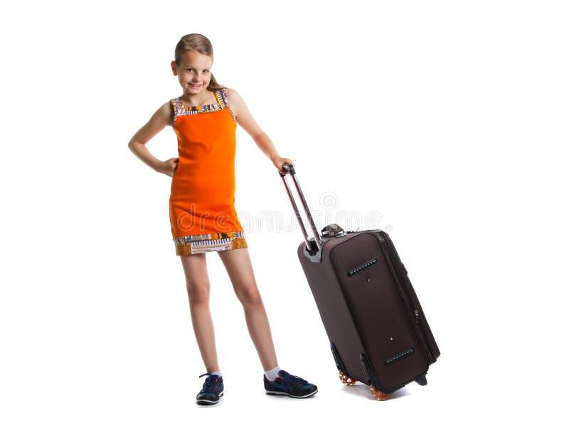 Ragazza sveglia pronta per le vacanze estive Ragazza allegra con la borsa dei bagagli circa da viaggiare immagini stock