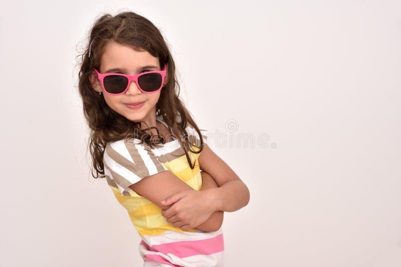 Ragazza sveglia sorridente con gli occhiali da sole fotografia stock libera da diritti