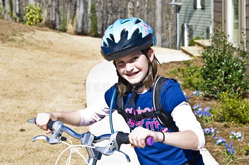 Ragazza sveglia su una bici fotografie stock libere da diritti