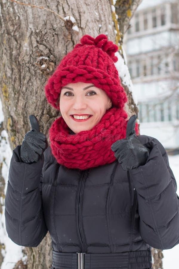 Ragazza sveglia in un cappello caldo nell'inverno fotografia stock libera da diritti