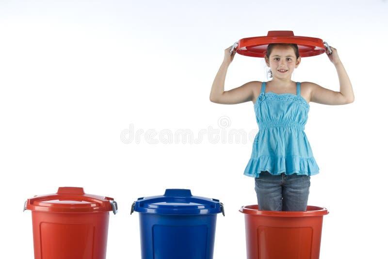 Ragazza sveglia in un tamburo di plastica fotografie stock