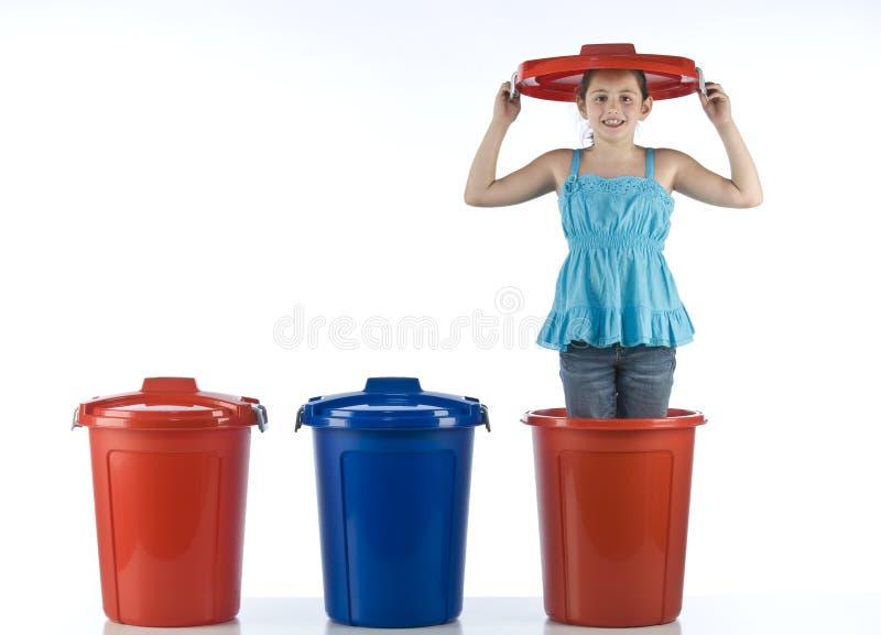 Ragazza sveglia in un tamburo di plastica immagini stock libere da diritti
