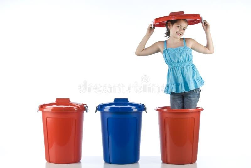 Ragazza sveglia in un tamburo di plastica fotografie stock libere da diritti