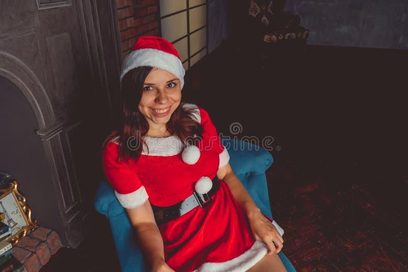 Ragazza sveglia vestita come Santa Claus Buon anno e Buon Natale! immagine stock libera da diritti