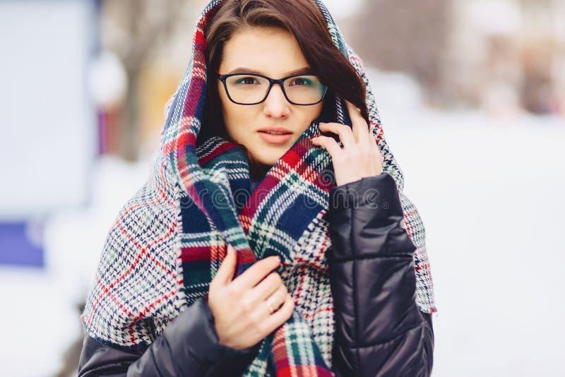 ragazza sveglia in vetri ed in una sciarpa fotografie stock libere da diritti