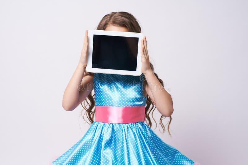 Ragazza tablet Bambino del ritratto vestito blu tecnologie