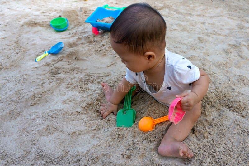 Ragazza tailandese del bambino asiatico del bambino che gioca con la sabbia fotografie stock