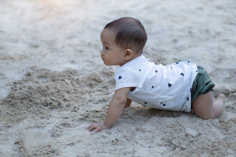 Ragazza tailandese del bambino asiatico del bambino che gioca con la sabbia fotografia stock