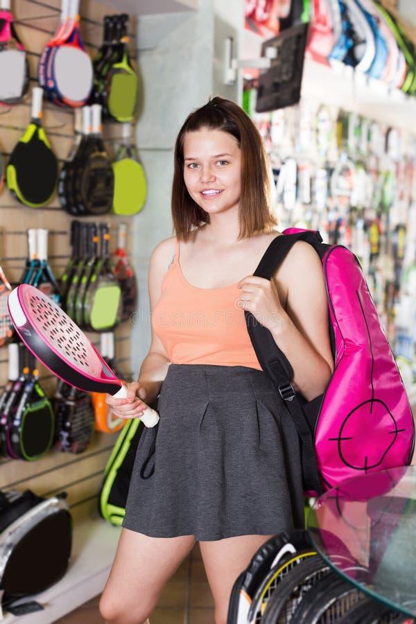 Ragazza teenager allegra che tiene racchetta disponibila immagine stock