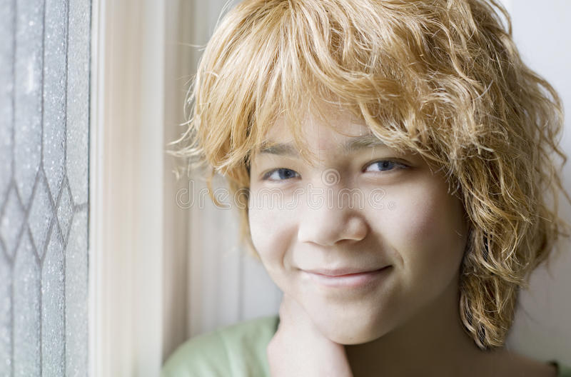 Ragazza teenager Biracial che sorride, primo piano immagini stock libere da diritti