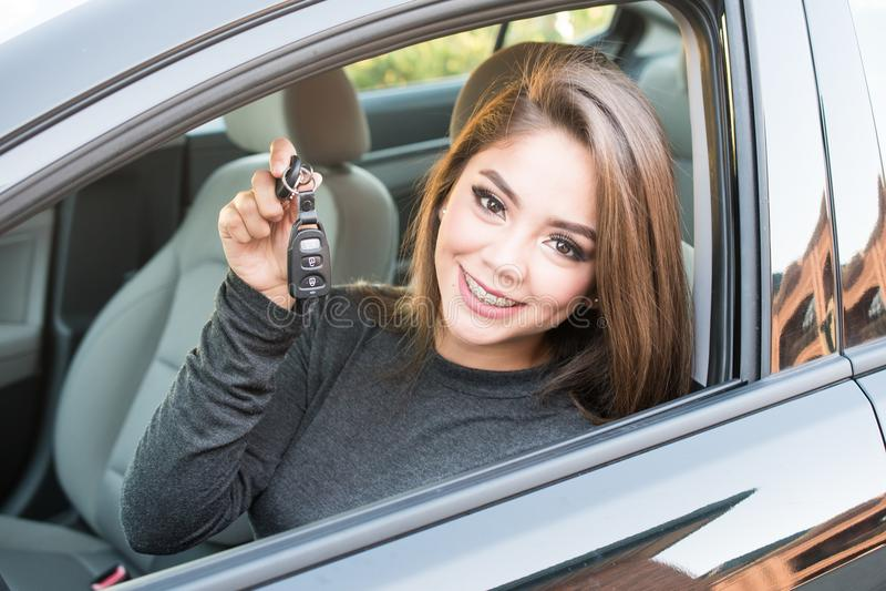 Ragazza teenager che conduce automobile immagini stock