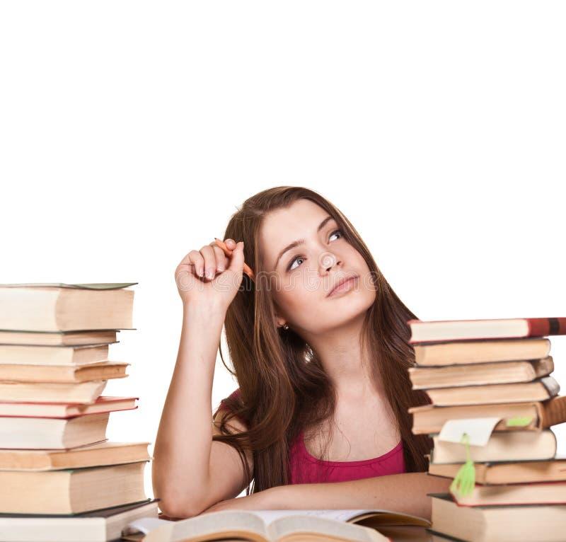 Ragazza teenager che impara allo scrittorio, con il lotto dei libri immagini stock libere da diritti