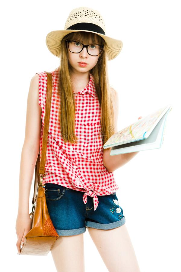 Ragazza teenager che posa come turista di estate - vestito a quadretti rosso, cappello, m. fotografie stock