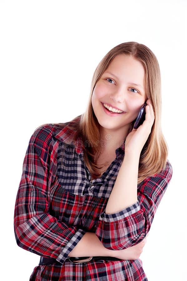 Ragazza teenager che ride e che parla sul telefono fotografie stock libere da diritti