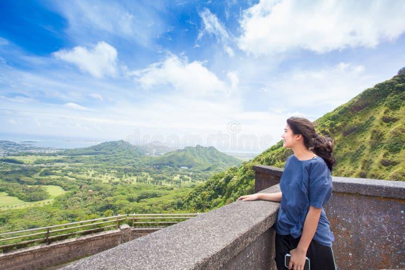 Ragazza teenager che sta guardante fuori sopra la vista di Oahu orientale immagini stock libere da diritti